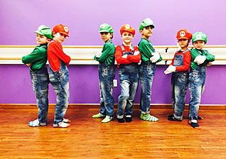 boys-along-wall_red_green_318